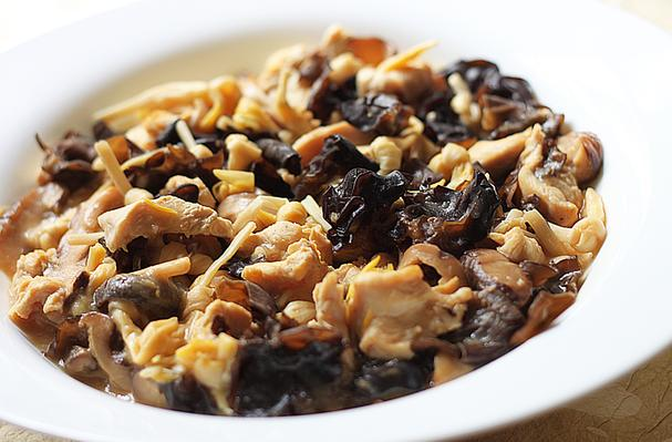 ... Chicken Breast Meat With Dried Lily Buds, Mushrooms & Black Fungus